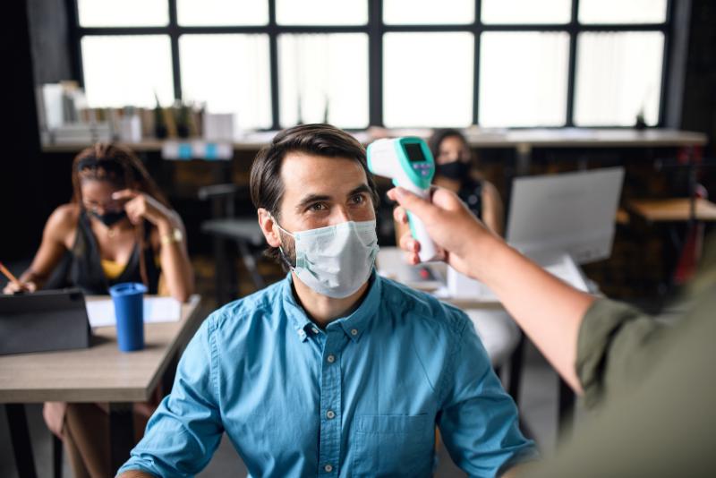 Zamestnávateľ má právo vedieť či sa jeho pracovník infikoval koronavírusom. Legislatíva GDPR ide do úzadia.